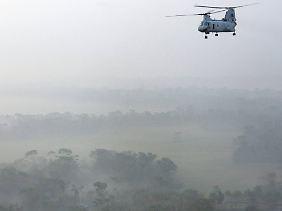 """US-Helikopter während eines Hilfseinsatzes nach Zyklon """"Sidr"""" in Bangladesch (2007)."""