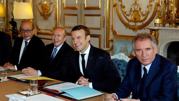 Die erste Kabinettssitzung: Emmanuel Macron mit Justizminister Francois Bayrou (r.), Innenminister Gerard Collomb (2. v.l.) und Außen- und Europaminister Jean-Yves Le Drian.