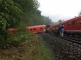 Unwetterfront zieht übers Land: Regionalbahn fährt in Gerölllawine