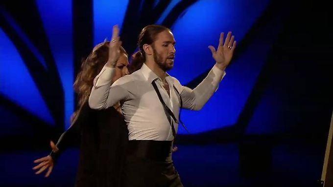 Gil tanzt für seinen kranken Vater.
