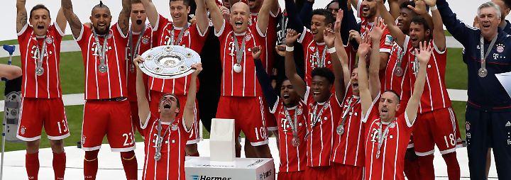Weltmeister-Kapitän Lahm reckte dort im rot-silbernen Konfettiregen die elf Kilogramm schwere Schale für das 27. Championat des FC Bayern in die Höhe.