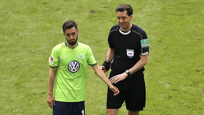 Auch wenn die Entscheidungen dem VfL Wolfsburg nicht imer gefallen: Der Unparteiische Gräfe macht in einem heiklen Spiel alles richtig.