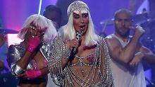 Wenig Stoff, viel Strass: Chers Nippel-Show mit 71