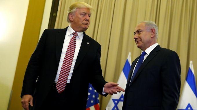 Bei einem Treffen mit dem israelischen Ministerpräsidenten Benjamin Netanjahu rechts) versucht Trump sich zu rechtfertigen.