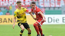 Der Dortmunder Dzenis Burnic (l.) kämpft mit Bayerns Meritan Shabani um den Ball.