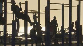 Fitness unter sengender Sonne: Küstenstraße in Dakar verwandelt sich in Open-Air-Sportstudio