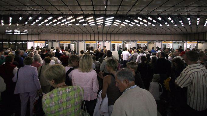 Lange Schlange bei der Passkontrolle: Die Beamten müssen täglich unzählige Passfotos mit dem Gesicht vor ihnen abgleichen.