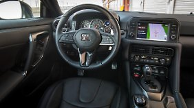 """Nicht besonders stylisch, aber durchaus funktional: das Cockpit des Nissan GT-R mit den drei """"Zaubertasten""""."""