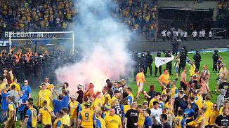 Relegationsspiel in Braunschweig: Fans stürmen den Rasen