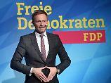 Er übt schon einmal die Merkel-Raute: Lindner beim politischen Aschermittwoch.