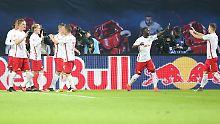 Red Bull ist beim Leipziger Fußball-Bundesligisten Rasenballsport allgegenwärtig.