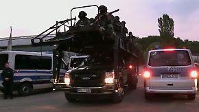 Mit Panzerwagen und schwer bewaffnet: Spezialkräfte stürmen Hells-Angels-Vereinsheim in Köln