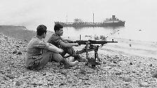 Dann maximiert er die Provokation: Nasser lässt die Straße von Tiran, Israels Zugang zum Roten Meer, schließen. Der strategisch wichtige Hafen von Eilat ist damit isoliert (im Bild: israelische Soldaten, die den Schiffsverkehr in der Straße kontrollieren).