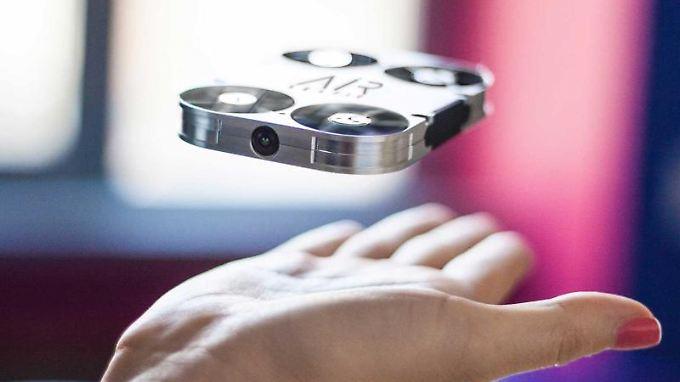 Passt in eine Handfläche, kann fliegen und soll Selbstpoträts aus spannenden Positionen schießen:die fliegende Mini-Kamera AirSelfie.