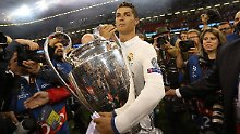 Stolz geschwellte Brust, die Trophäe in der Hand: Cristiano Ronaldo lässt sich feiern.