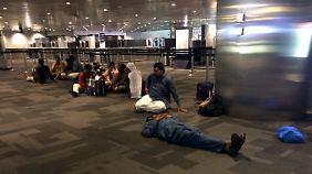 Gestrandete Passagiere am Flughafen von Doha