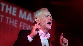 """Jeremy Corbyn beim Wahlkampfabschluss am Mittwoch vor seinem Slogan: """"Für die Vielen, nicht die Wenigen""""."""