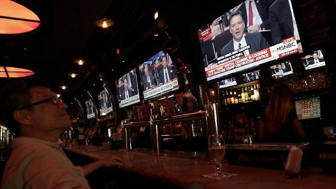 Obwohl die Anhörung nach amerikanischer Ostküstenzeit am Vormittag stattfand, sah sich dieser Mann die Übertragung in einer Tonic-Bar in New York an. Vermutlich genau der richtige Ort.