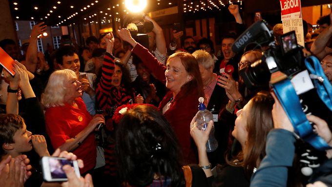 Emma Dent Coad (Mitte) feiert ihren denkbar knappen Gewinn in Kensington.