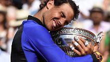 Rafael Nadal ist frisch verliebt - in den French-Open-Pokal.