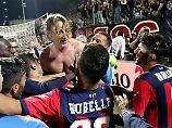 Davide Nicola wird von seinen Spielern gefeiert - er blieb trotz akuter Abstiegsgefahr und rette mit ihnen die Klasse.