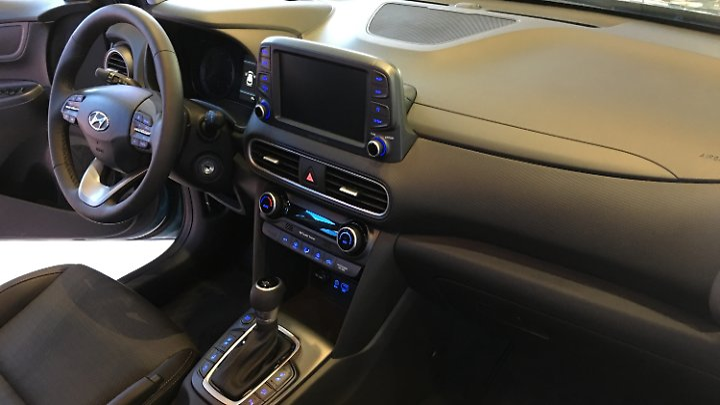 Der Innenraum des Hyundai Kona bildet wohl den stärksten Gegensatz zu seiner dynamischen Außenhaut.