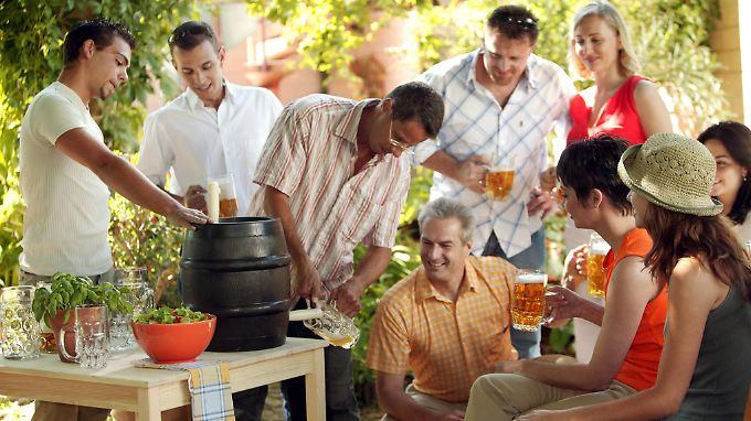 Beim Gartenfest macht das Bierzapfen so richtig Spaß.