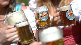 Zwischen Strausberger Platz und Frankfurter Tor präsentieren sich in diesem Jahr 344 Brauereien aus 87 Ländern mit 2400 einmalig vertretenen Bieren.