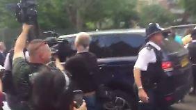 Ein Schnappschuss von der Situation, als Demonstranten Jagd auf das Auto von Premierministerin May machten.
