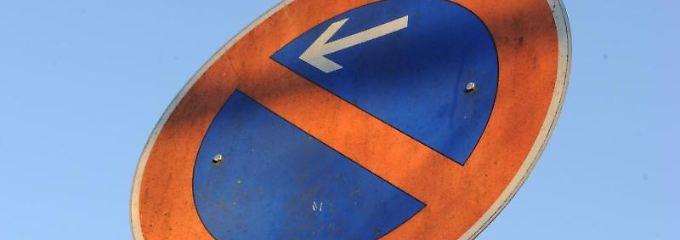 Grundsätzlich ist das Parken auf schmalen Straßen gegenüber Grundstücksein- und -ausfahrten nicht zulässig.