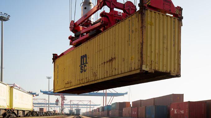 Ein Container der Reederei MSC wird beim Logistikunternehmen Eurokombi im Hamburger Hafen verladen.