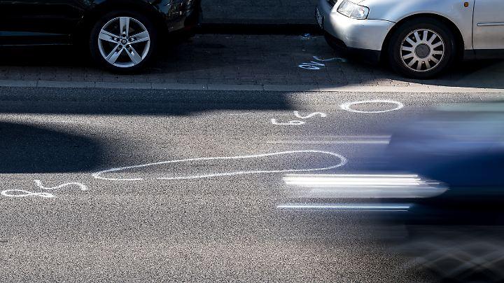 An der Unfallstelle sind noch die Markierungen der Spurensicherung zu sehen.