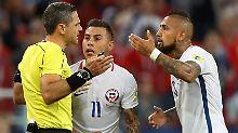 Damir Skomina wird vom Video-Schiedsrichter überstimmt. Das sorgt für Entsetzen bei Arturo Vidal.