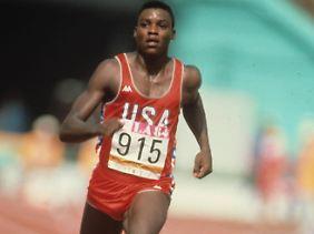 Carl Lewis bei den Olympischen Spielen 1984 in Los Angeles. Er gewann allein dort vier Mal Gold.