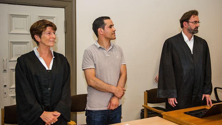 Bülent Ciftlik (m.) mit seinen beiden Anwälten vor Gericht.