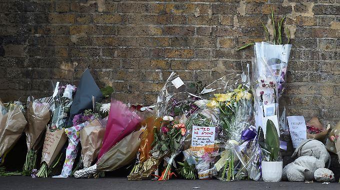 Blumen für die Opfer in der Nähe des Tatorts.