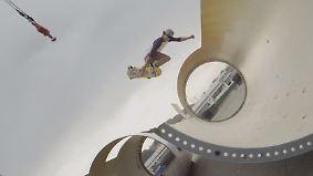 Atemberaubende Stunts in Fabrik: Skateboarder kurven durch gigantische Windturbinen