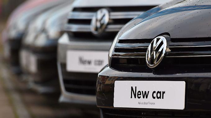 Bei einem harten Brexit dürfte der Absatz deutscher Autos in Großbritannien - hier Modelle von Volkswagen - zurückgehen.