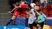 Mit etwas Glück und großem Kampfgeist hat der Nachwuchs der deutschen Weltmeister die Feuerprobe gegen heißblütige Chilenen bestanden.