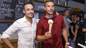 Zwei gratis Kugeln plus Selfie: Podolski eröffnet eigene Eisdiele in Köln