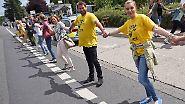 Grenzüberschreitende Menschenkette: 50.000 Demonstranten fordern Abschaltung von belgischen Akw