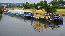 Atommüll-Transport beginnt: Castor-Schiff legt beladen auf Neckar ab