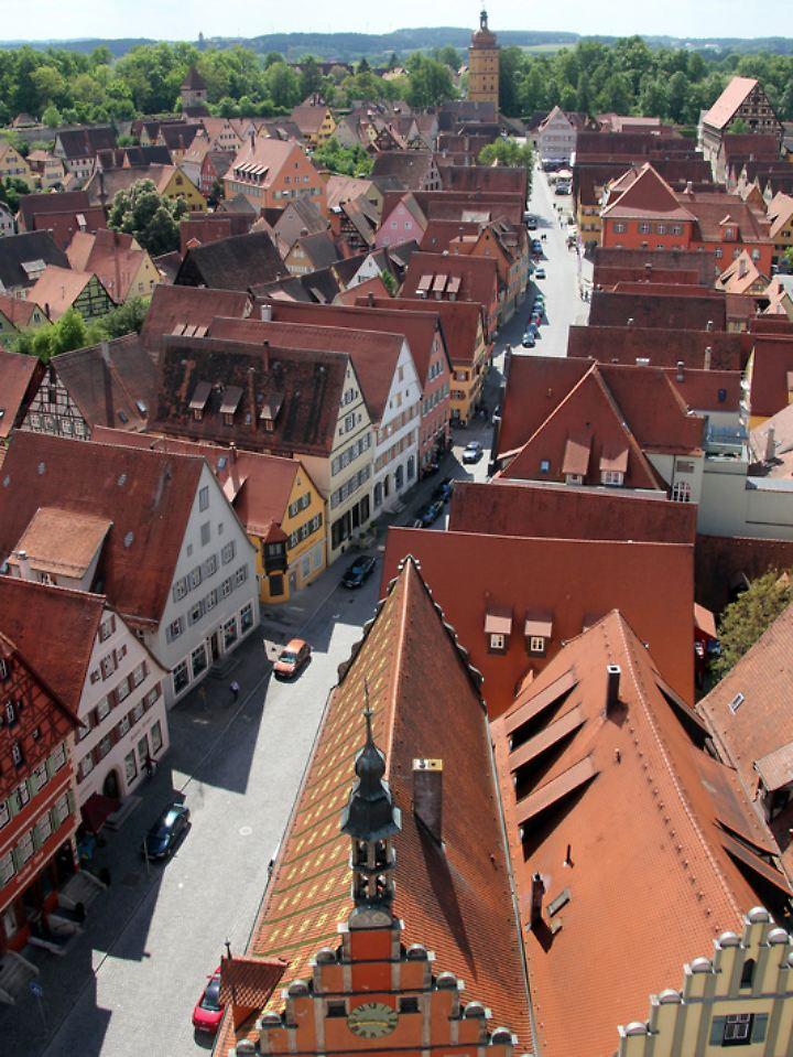 Vom Turm des Münsters St. Georg hat man eine gute Aussicht auf die dicht bebaute Stadt mit ihren bunten Häusern und schmalen Straßen.