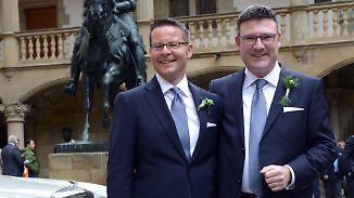 Der CDU-Politiker Stefan Kaufmann (l.) mit seinem Partner Rolf Pfander vor einer kirchlichen Feier zur Segnung ihrer Lebenspartnerschaft im Jahr 2015.