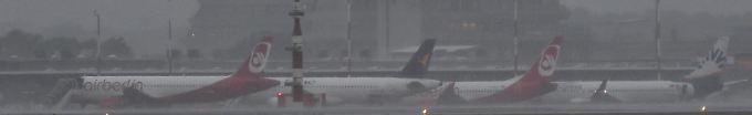 Der Tag: 18:09 Flughafen Tegel steht unter Wasser