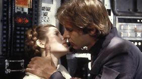 """""""Ich liebe dich"""", sagt Prinzessin Leia. """"Ich weiß"""", antwortet Han Solo - der Satz soll Fords Idee gewesen sein."""