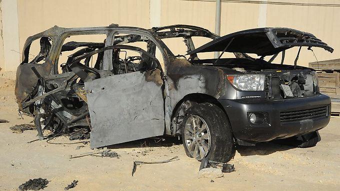 Das Wrack eines Geländewagens, in dem Rebellen Waffen und Sprengstoff transportiert haben sollen.