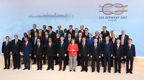 Beim Gruppenbild zum Abschluss des Gipfels steht Xi wieder mal neben Merkel.