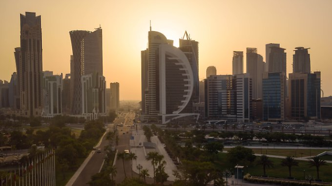 Die katarische Hauptstadt Doha bei Sonnenuntergang.