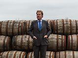 Brennerei-Chef William Wemyss vor Eichenfässern - die importiert werden müssen.